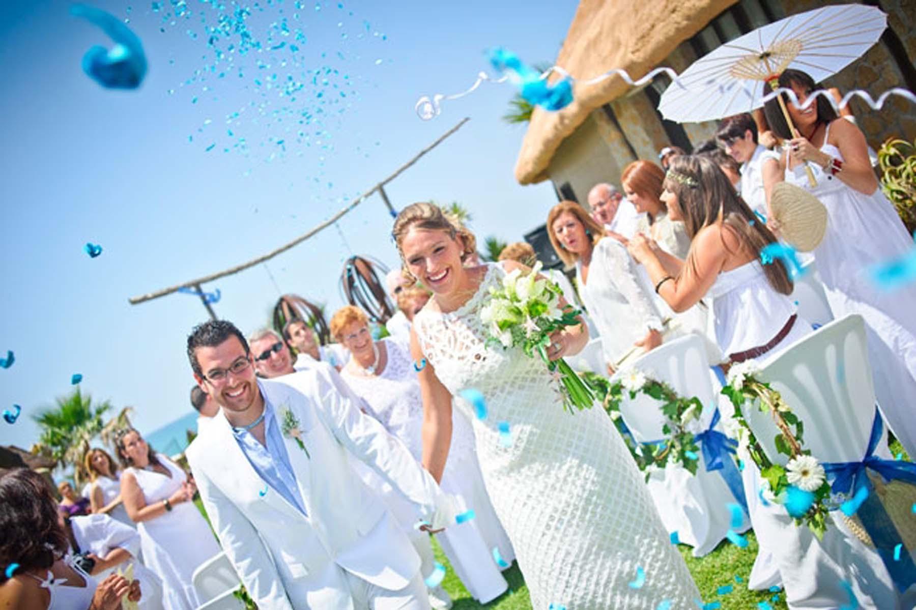 Imagen: http://www.bodas.net/articulos/una-boda-ibicenca-en-la-playa-de-zahora--c432