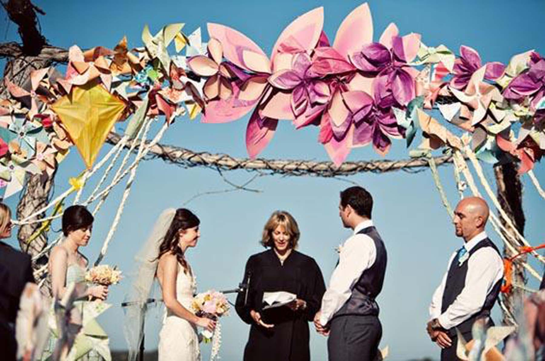 arco-boda-flores-papel-molinillos-viento-L-abonEt