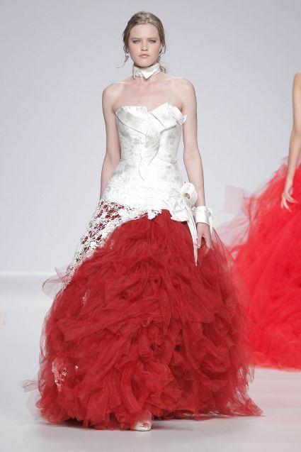 Vestido-de-novia-2014-con-top-desconstruido-en-color-blanco-y-falda-amplia-en-tono-rojo-intenso